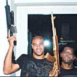 Adriano si lascia fotografare con un mitra in compagnia di un  narcotrafficante