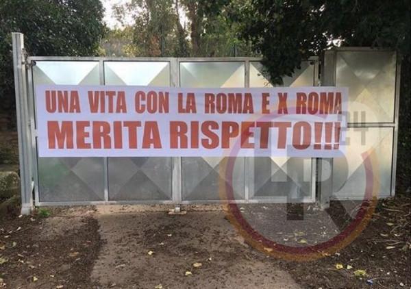 Trigoria Striscione Per Totti Una Vita Con La Roma E
