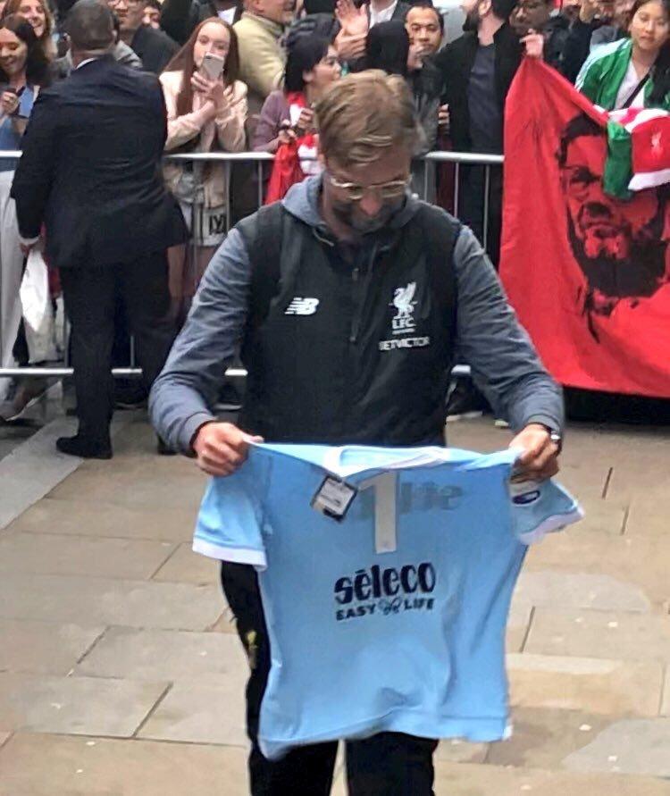Liverpool: Klopp riceve in regalo una maglia della Lazio (FOTO ...